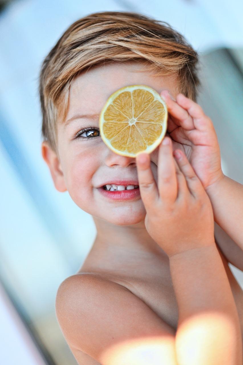 Bébé 12 à 36 mois : l'importance de poursuivre une alimentation spécifique